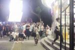 新戲路透!趙麗穎街頭拍戲被圍觀 衣著樸素顯土氣