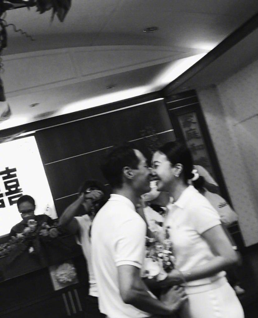 环球ugapp下载:杨祐宁与妻子公证结婚画面曝光 姐姐温馨送祝福