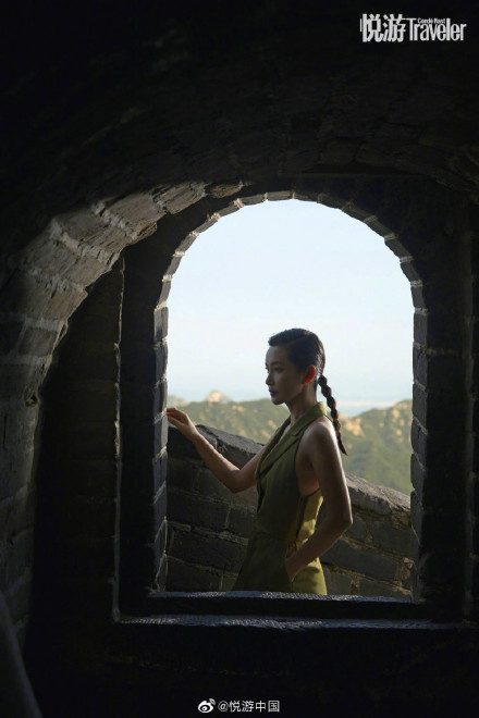 allbet手机版下载:李冰冰登长城拍摄大片 红裙加身显身体气场全开 第5张