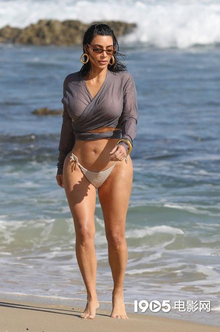 环球ug代理:魔鬼身材!金·卡戴珊海滩闲步 丰乳翘臀秀skr人 第3张