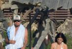 """當地時間9月9日,美國馬利布,""""小李子""""萊昂納多·迪卡普里奧和超模女友卡米拉·莫羅尼現身海灘度假。小李子赤裸上身現身,一展虎背熊腰的肉感身材。他親昵得摟著身材超辣的模特女友,漫步在沙灘上。二人恩愛似連體嬰,令人生羨!"""