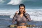 當地時間9月9日,美國馬里布,金·卡戴珊穿上穿比基尼現身海灘。她穿著長袖長款上衣搭配米色比基尼泳褲。漫步在馬里布的海灘,被海水打濕的泳衣緊貼肌膚,大秀豐乳翹臀的魔鬼身材。