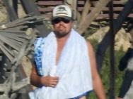 小李子海边度假赤裸上身肉感十足 和女友似连体婴