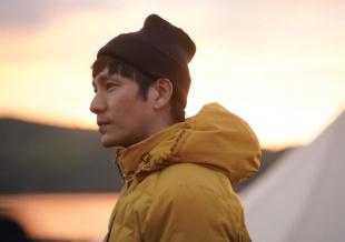 44岁陈坤行走营地大片发布 头戴发带少年感十足