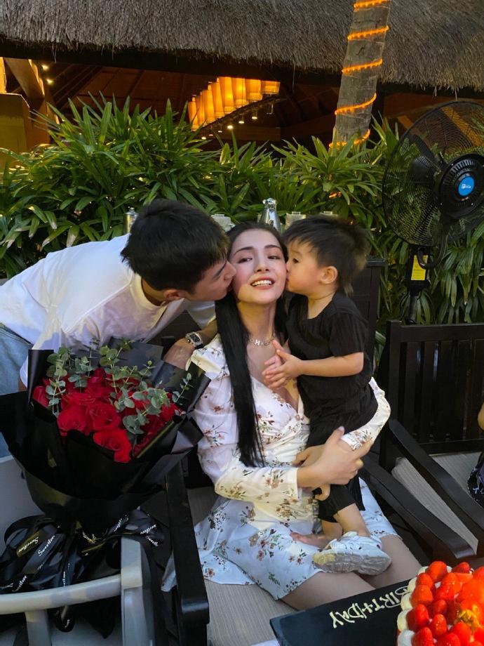 皇冠注册:姜潮为麦迪娜浪漫庆生 与儿子齐吻妻子羡煞旁人 第1张