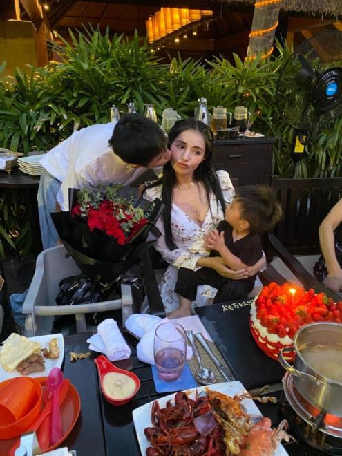 皇冠注册:姜潮为麦迪娜浪漫庆生 与儿子齐吻妻子羡煞旁人 第2张