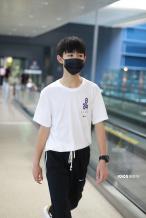 """""""朱朝阳""""荣梓杉简约黑白配现身机场 顺毛可爱!"""