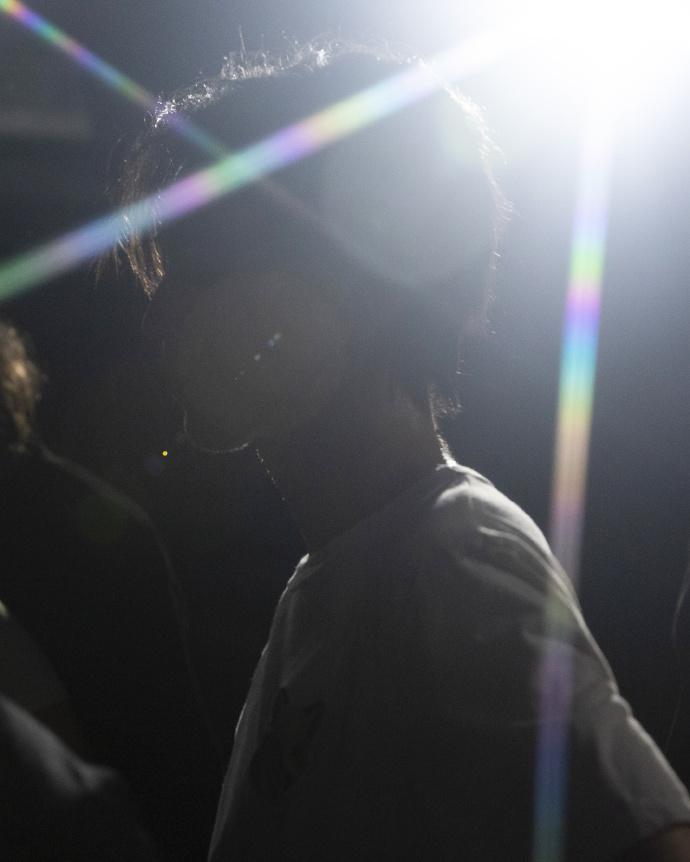 《【杏鑫娱乐代理分红】工作室晒王俊凯练舞照 刘海浸湿汗水侧颜轮廓绝美》