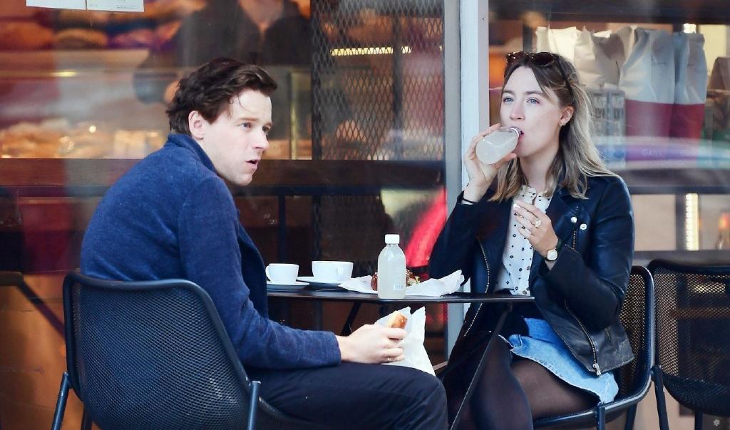 环球ug:太甜了!罗南和劳登携爱犬出街 仙人情侣这样约会 第1张