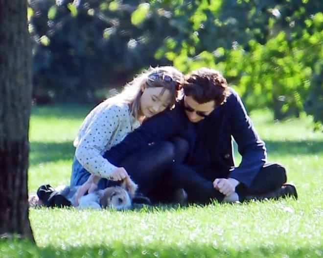 环球ug:太甜了!罗南和劳登携爱犬出街 仙人情侣这样约会 第2张