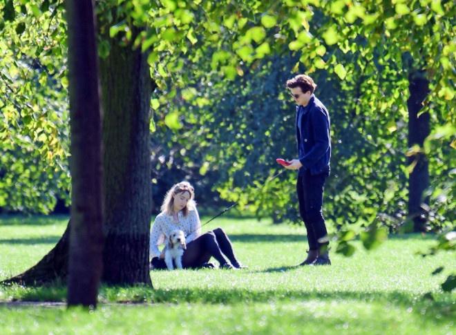 环球ug:太甜了!罗南和劳登携爱犬出街 仙人情侣这样约会 第3张