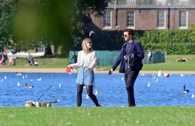 环球ug:太甜了!罗南和劳登携爱犬出街 仙人情侣这样约会 第5张