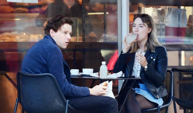 环球ug:太甜了!罗南和劳登携爱犬出街 仙人情侣这样约会 第6张