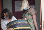 当地时间9月12日,美国加州,凯蒂·佩里现身出街购物。这是她诞下女儿黛西2周后首次公开露面。