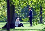 當地時間9月6日,英國倫敦,西爾莎·羅南和男友杰克·勞登帶著愛犬出街約會。當天,羅南穿著印花襯衫搭牛仔短裙和黑絲襪,披著皮衣十分有范兒,男友則是一身休閑的深色系穿搭;兩人同框畫面十分養眼。