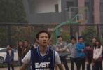 9月12日,有網友通過微博分享了一組北電10級表演系同學聚會的照片。照片中,楊紫穿著黑色高領衛衣,下身搭牛仔褲,梳著清爽的鍛打現身,身材看起來清瘦了不少。