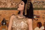 9月15日,马苏通过个人社交账号分享了一组cos埃及艳后的写真美照。照片中,马苏及肩黑色短发上戴着金色链条头饰,妆容魅惑,身穿金光闪闪的连衣裙,颈间搭配着别致的首饰,目光坚定气场超强,举手投足间透露着异域风情。