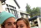 9月13日是贾斯汀·比伯和爱妻海莉·鲍德温结婚领证两周年纪念日。当天,他通过个人社交账号晒出两人的一组合照庆祝。照片中,二人穿着白色卫衣亲密的依偎在一起,比伯戴着冰激凌蓝色的毛线帽和海莉的美甲色相配,透过小细节秀恩爱。