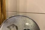 朱一龍分享半臉對鏡自拍圖 調皮在鏡子上畫小雞
