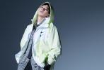 """9月16日,王源成为《Vogue Me》10月刊封面人物大片发布。在此前的先行预告中,王源的战损装封面照就引发热议。内页大片中更是突破自我,叠穿爱好者这次牛仔外套叠穿运动装演绎别致""""真空运动装"""",少年感十足!  """