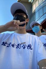 """焉栩嘉和周奇成为北电新舍友 不见""""表弟""""刘家祎"""