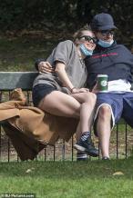罗伯特·帕丁森感染新冠后首现身 与女友街头热吻