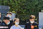 9月17日,赵今麦现身中央戏剧学院报道。人群中,赵今麦扎着高马尾,身穿白T恤牛仔裤的简单搭配,一副元气满满的女大学生装扮很是清爽。