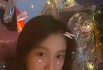 9月17日是关晓彤的23岁生日,就在网友在线吃鹿晗掐点为女友送生日祝福的狗粮时,有网友曝光了关晓彤庆生派对的现场照,生日蛋糕足足有三层,而且都被鲜花簇拥着,身后是上海外滩的迷人夜景。
