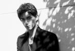 9月16日,吴磊亮相活动。他身穿休闲黑色西装配浅蓝色衬衫,下身搭配泼墨休闲长裤,展现出恣意潇洒的姿态。耳朵上戴四环耳骨夹增添个性,修长身材少年感满溢。