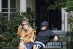 近日,外媒拍到罗伯特·帕丁森和女友苏琪·沃特豪斯现身伦敦公园,沐浴着阳光享受甜蜜与会。画面中,两人一身休闲装扮亲密的依偎在公园长椅上,帕丁森戴着帽子口罩把自己包裹严实。两人享用一边享用咖啡,一边热聊,情到浓时更是拥吻在一起,很是甜蜜!