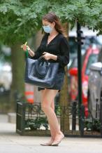 安妮·海瑟薇现身纽约街头 短裤出街尽显慵懒姿态