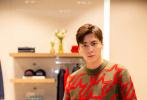 9月17日,李易峰以代言人的身份出席品牌活动。当天,李易峰身穿秋冬新季英伦风毛衣,简单造型出镜,尽显精致文艺格调,复古又时髦。手持泡泡机,置身泡泡浴中浪漫又梦幻,是秋日男友没错了!