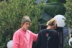 当地时间9月15日,美国好莱坞,贾斯汀·比伯和爱妻海莉·鲍德温现身街头。当天,比伯一身芭比粉色运动装,戴着毛线帽尽显少男心。海莉穿着黑色长卫衣再现下衣失踪。卫衣后面的玫瑰花图案和老公脖子上的新玫瑰纹身呼应,尽显恩爱甜蜜。