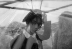 9月21日,王俊凱21歲生日當天,一組與《T Magazine China》合作的9月刊時尚大片發布。迷朦的陰雨天,一身黑色復古西裝的清瘦少年撐傘站在江邊,貝雷帽為整體造型增添藝術氣息,鏡頭定格記錄下美好瞬間。長劉海隨風翻起,露出優越的側顏線條,眼眸低垂,獨有的清秀氣質中流露出淡漠、疏離的破碎感,好像每一張定格的畫面都自帶劇情,電影感十足!