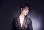 9月22日,殷桃工作室发布一组暗色光影写真。照片中殷桃身穿黑色V领蕾丝长裙,简单的低扎马尾慵懒随性,举手投足间散发柔美气质。