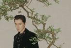 """9月22日,胡歌成為《時裝男士》10月刊封面人物拍攝的封面大片釋出。封面照中,胡歌身穿黑色印花襯衫,梳著背頭,披著格紋大衣,坐在一幅松樹屏風前,霸氣沉穩。這組水墨國風大片,運用屏風、盆景、木質搖椅等道具,結合胡歌的時尚表現力,將俊逸翩翩的紳士魅力表現的張弛有度,細品之下很有""""繁花""""的味道!  ?"""
