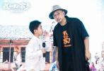 """电影《我和我的家乡》在继重庆、武汉校园路演之后,在9月21日来到了《最后一课》单元导演徐峥的家乡上海,导演徐峥及主演韩昊霖与现场观众进行交流互动。徐峥回到家乡及母校上海戏剧学院勾起诸多记忆和感触,表示将自己对老师的情感放入影片里很有意义;韩昊霖在被问到未来想考哪所大学时的口误回答让全场大笑,引得现场观众直夸""""可爱""""。两位主创还分享了印象深刻的拍摄经历,路演现场观众反应热烈,气氛满是欢乐和温情。《我和我的家乡》由张艺谋担任总监制,宁浩担任总导演,张一白担任总策划"""