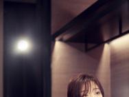 """殷桃""""暗色光影""""写真发布 黑色V领蕾丝长裙随性"""