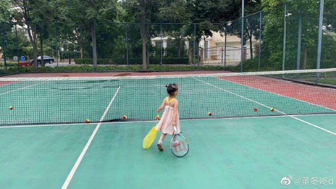 董子健为女儿庆祝三岁生日 大福拖着网球拍出