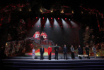 """9月24日,第35届大众电影百花奖星空放映正式启动仪式在河南郑州举行。河南省副省长、郑州市市长王新伟致欢迎词,表达了举办此次电影节的欣喜之情。王庆祥、娜仁花、刘劲、张雪迎等电影人作为嘉宾亮相启动仪式,共同朗诵了以黄河精神为主题的诗歌《我从黄河来》。此次,百花绽放中原腹地河南郑州,带着新时代的责任与使命。中国电影人也将发扬""""黄河精神"""",讲好中国故事。"""
