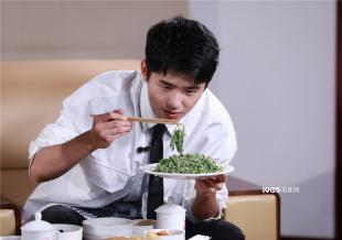 刘昊然做客百花奖全景直播 吃菜品茶推介河南美食