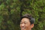 """9月25日,第35届大众电影百花奖正在河南郑州举行。百花奖期间,自幼在少林习武的王宝强再次回到当年刻苦练功的少林寺,探访师父释永信、同门师兄弟延竑法师、延淀法师、延岑法师、小沙弥三宝,开启自己的寻根之旅。电影频道""""直击百花奖""""直播也跟随着王宝强的脚步,为观众们独家揭秘少林文化。"""