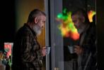 自2016年《凯撒万岁》之后,再也没有新作问世的乔治·克鲁尼终于曝光了新片动态。据悉,在这部名为《午夜天空》的影片中,克鲁尼将自己的目光放到了地球毁灭的科幻故事上。而除了主演影片之外,他还是本片导演。