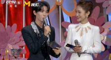 王俊凯主持百花奖闭幕式 现场为《我和我的家乡》打call宣传