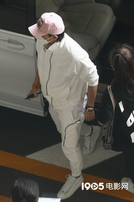 黄子韬父亲去世后首度现身 身穿简练白衣超低调 第2张