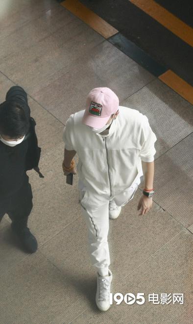 黄子韬父亲去世后首度现身 身穿简练白衣超低调 第3张