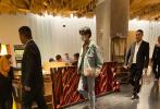 9月25日,王俊凱從片場趕赴鄭州,以本屆大眾電影百花獎閉幕式主持人的身份參與相關活動。下班閑暇之余有網友在鄭州的火鍋店偶遇王俊凱一行人。