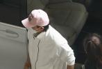 9月26日,北京,黃子韜現身機場,這是黃子韜在父親黃忠東去世16天后首度現身。當然,他穿著一身簡潔的白色運動裝,戴著紅繩佛珠,疑似為父親祈福。