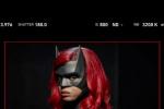 《蝙蝠女侠》第二季造型曝光 猩红骑士制服全公开