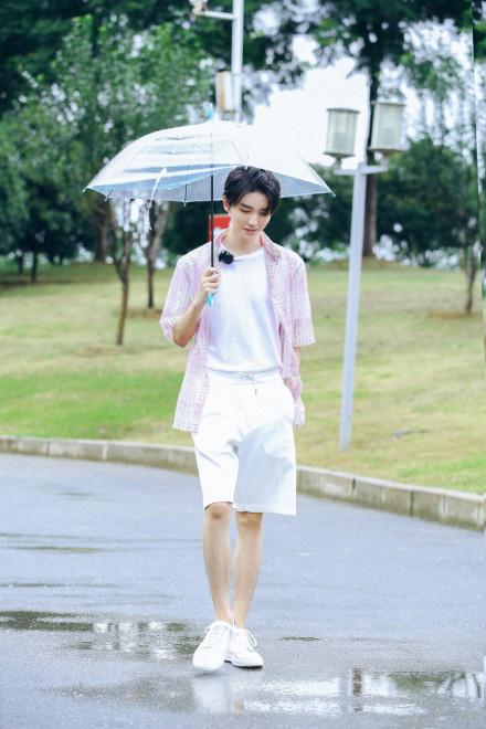 王俊凯回归《中餐厅4》 雨中用餐收获别样浪漫! 第2张
